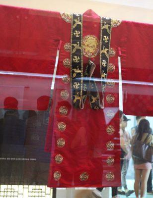 Một bộ lễ phục hoàng phi trong viện bảo tàng tại Đại học Quốc gia Chonbuk